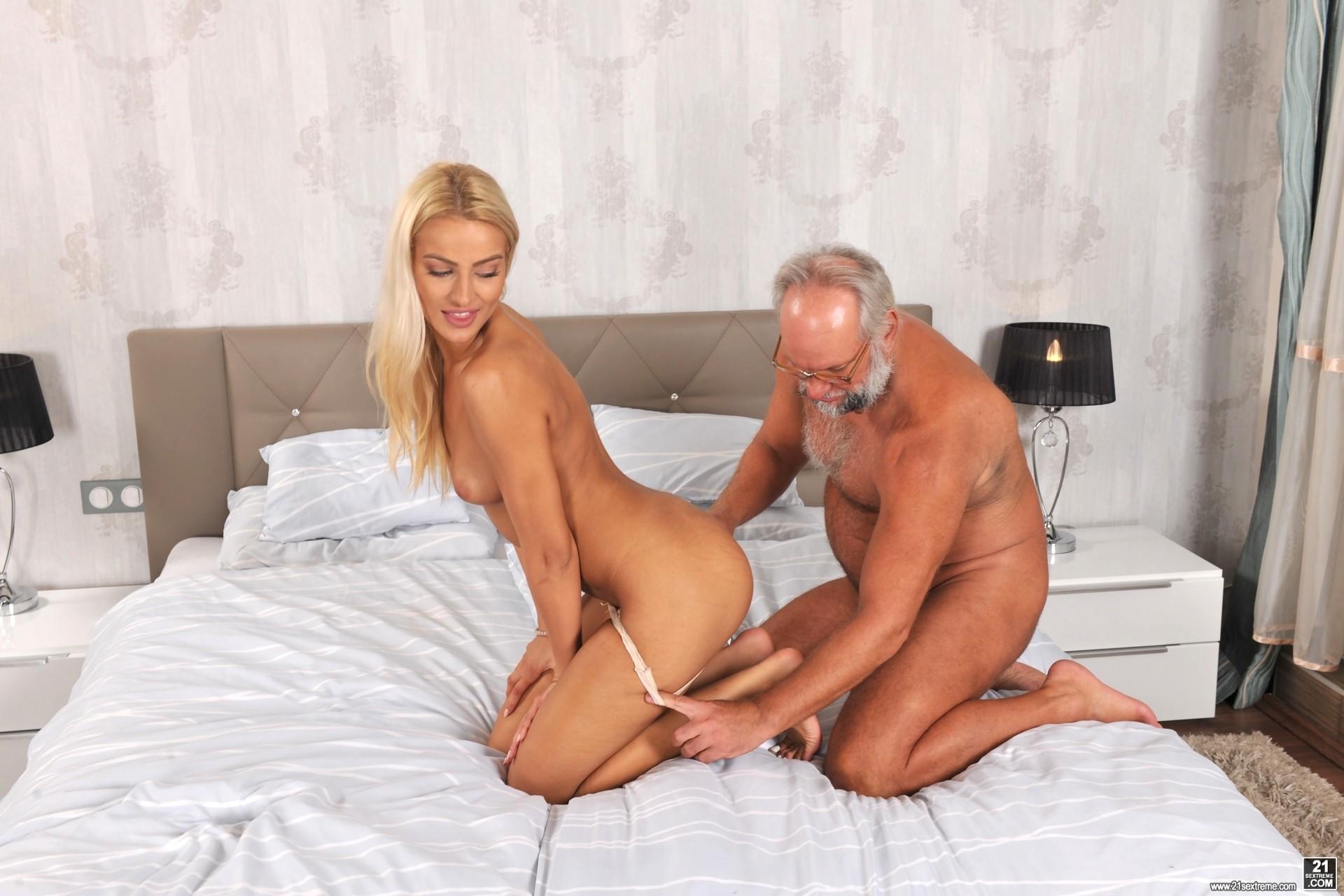Пожилой мужик ебет роскошную блондинку порно видео