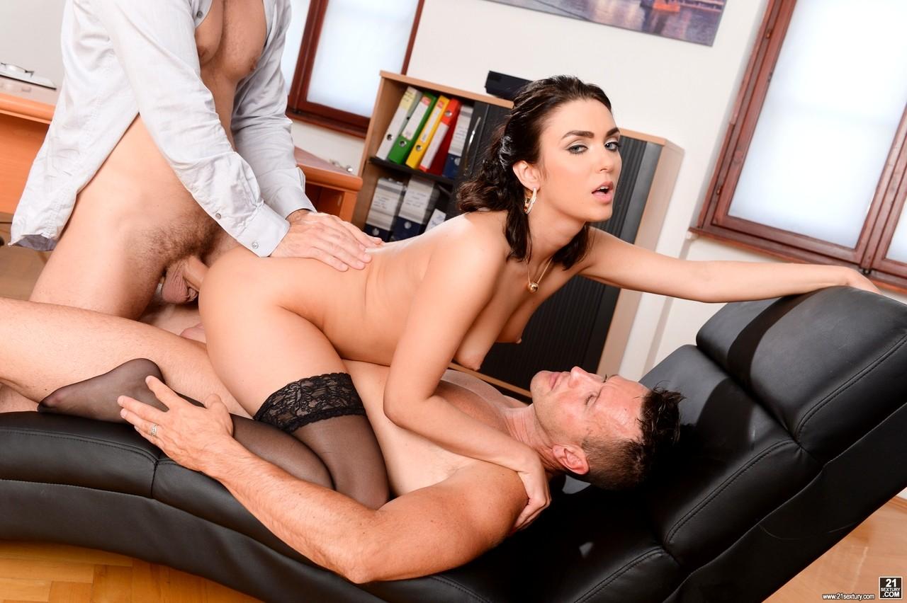 Пизды фото секс втроем на столе сексуальный сюрприз для