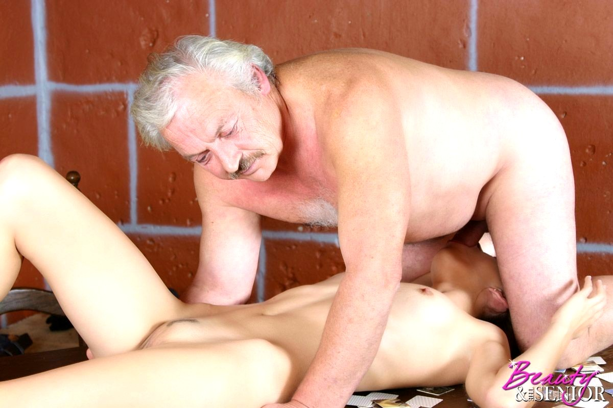 веселая секс старика с юной видео студентке