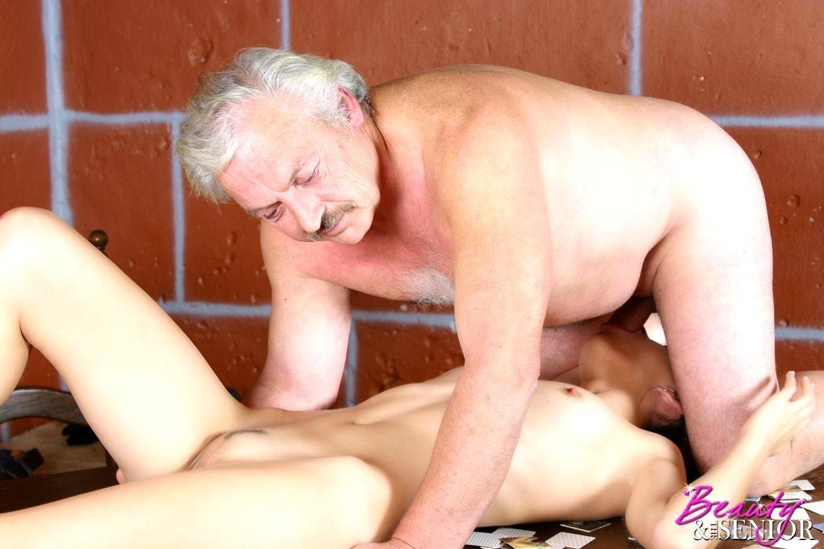 stariki-v-sekse-foto-trahnul-pyanuyu-suchku-v-rot-rakom