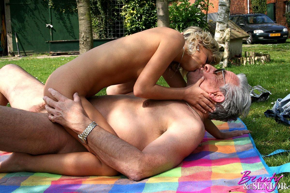 Секс Взрослого Мужчины И Девушки