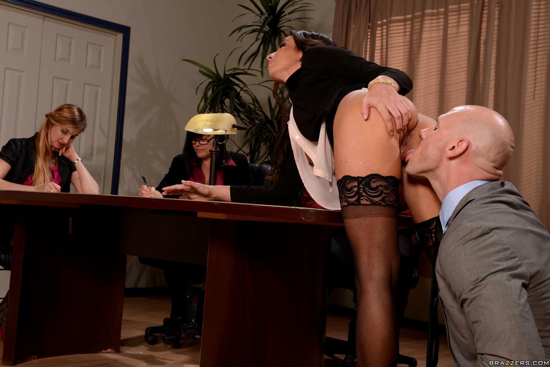Жена босса трахается