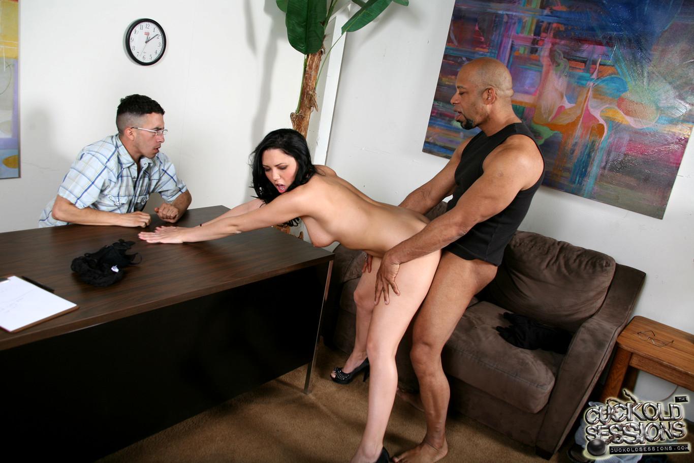 Порно со своей девушкой у психолога двум против