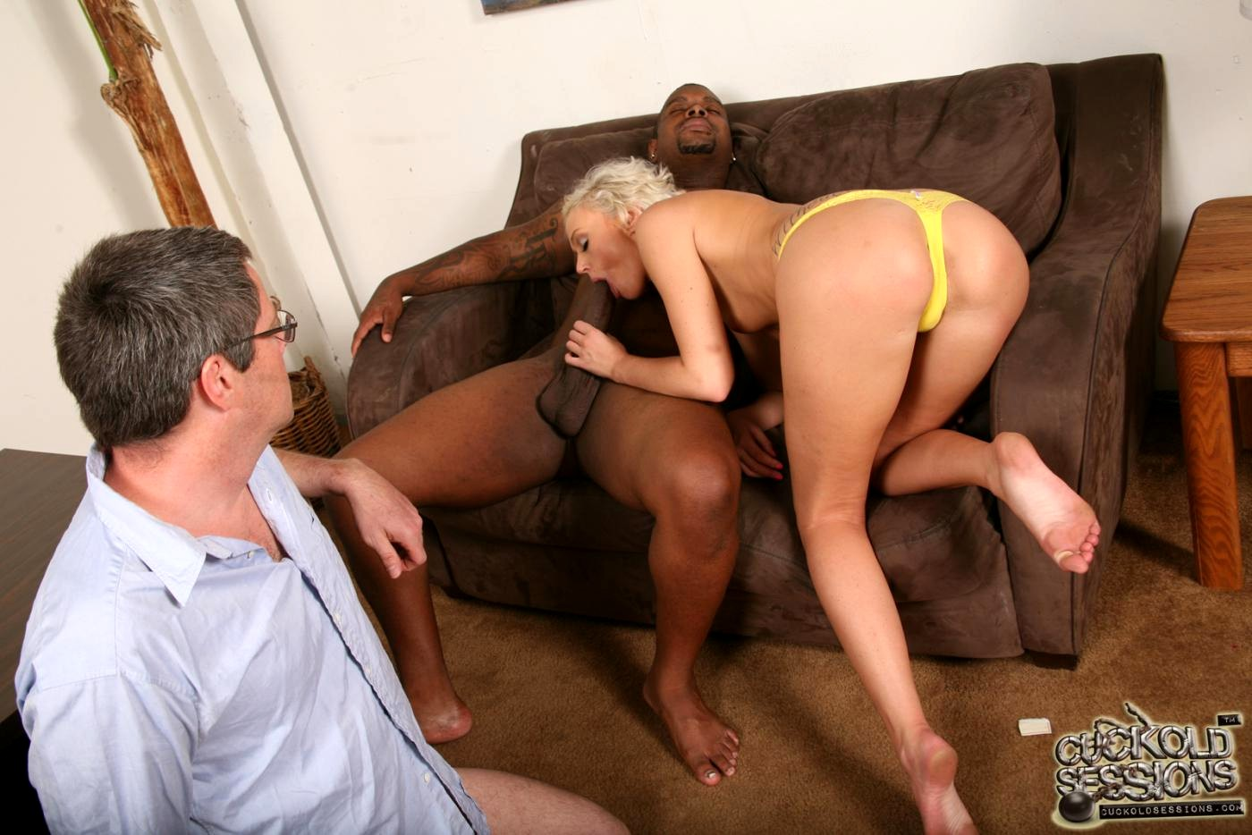 Красивое порно муж привел жену в клуб