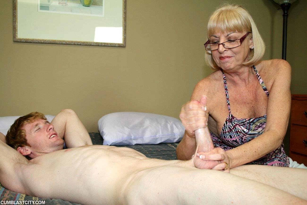 Смотреть секс старая мамка дрочит руками