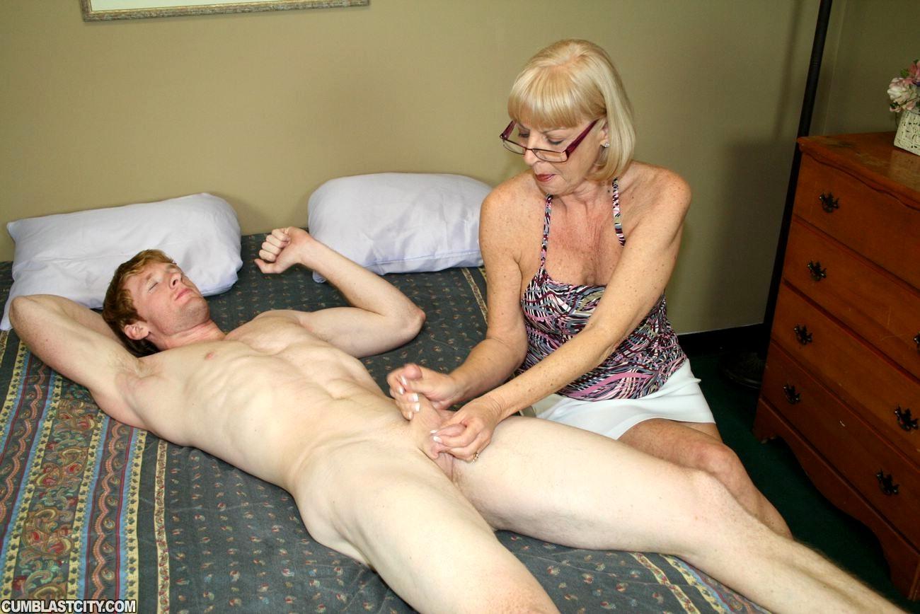 дрочит на голую мать