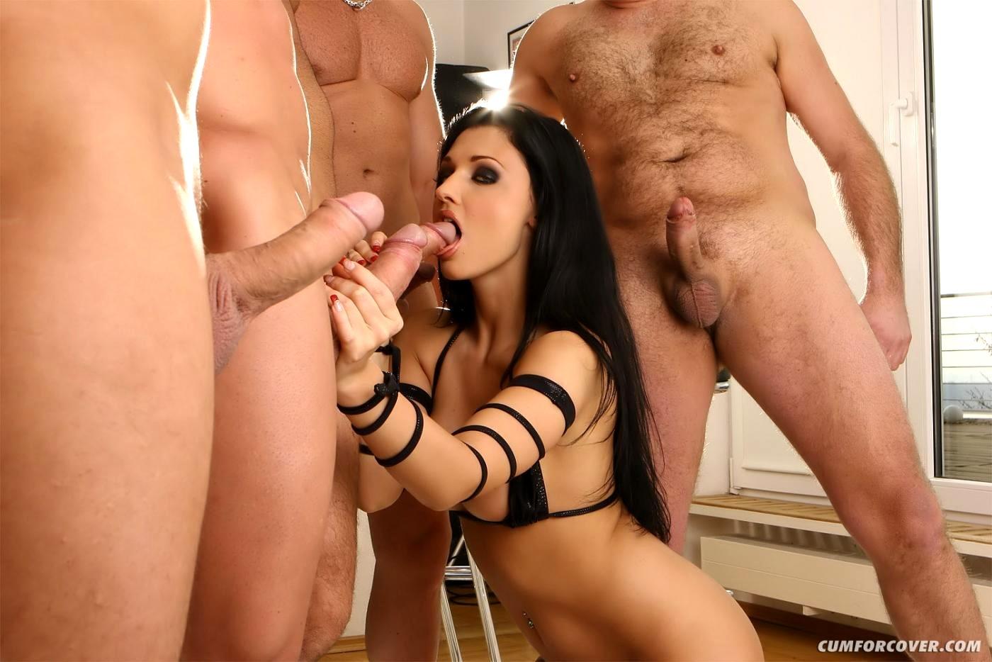 Порно сексуальная брюнетка принимает несколько членов