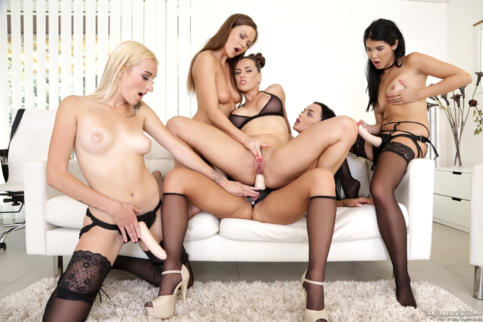 strapon-lesbi-porno-filmi-porno-foto-zhenskih-nog