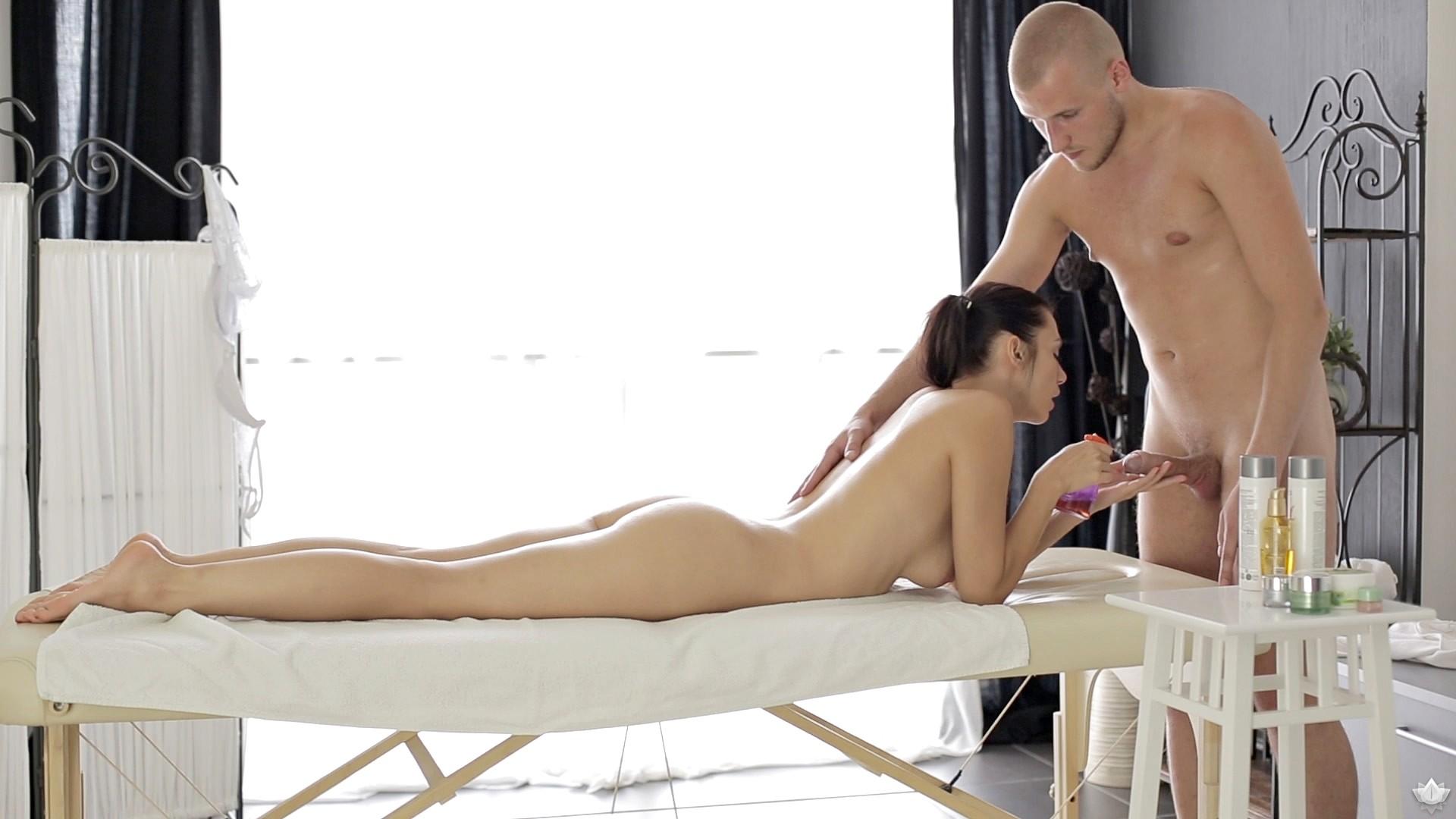 массаж порно на столе девушки были