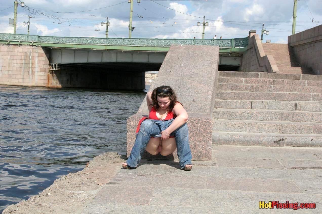 devushka-pisaet-za-uglom