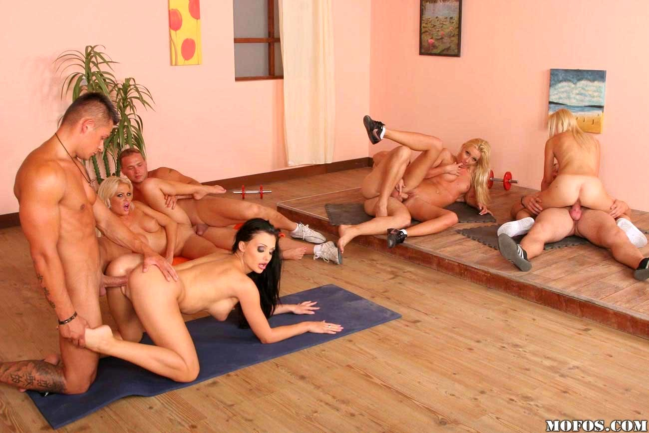 Большая оргия в спортзале порно 10