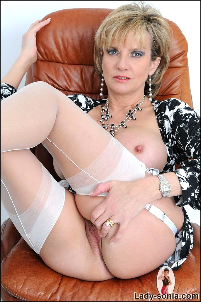 Pussy lady sonia fingering pussy amateur