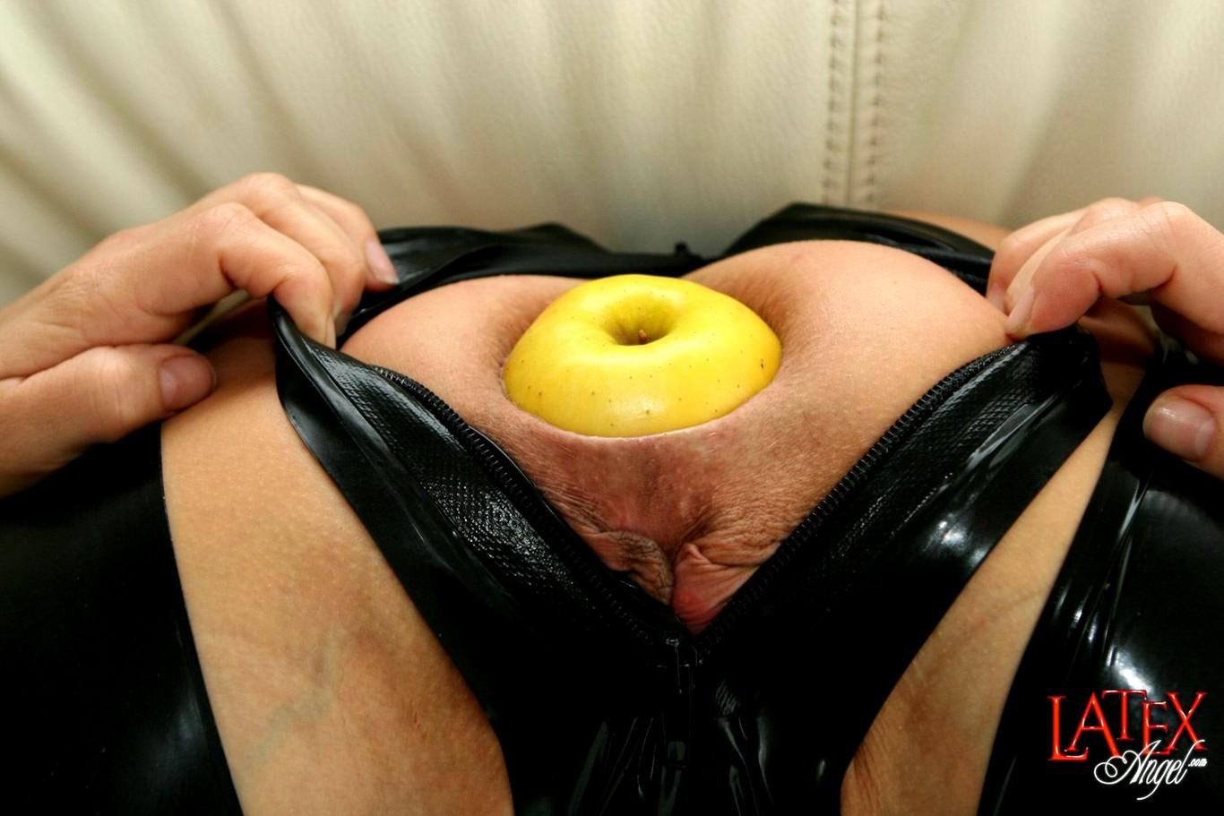 Яблоко в анале фото