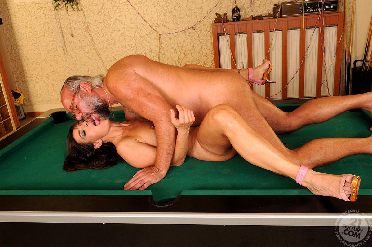 trahnul-na-bilyardnom-stole-seksualnaya-devushka-v-yubke-i-chulkah-porno-foto