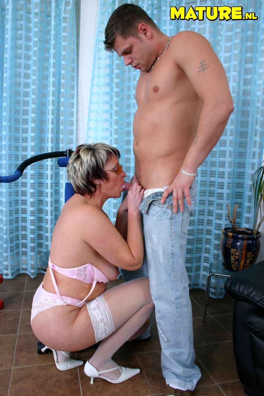 Зрелая женщина стоящая на коленях фото, она сосет и вылизывает у прохожих порно