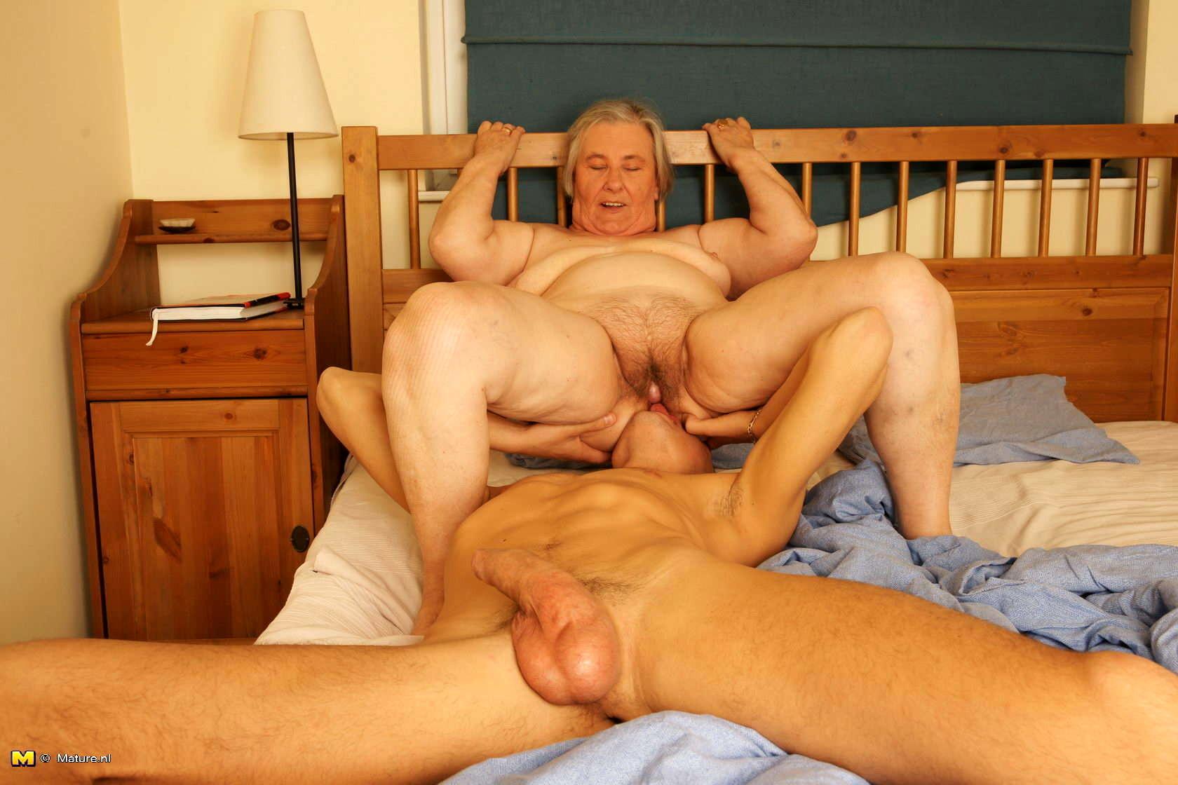 старая женщина секс молодой парень