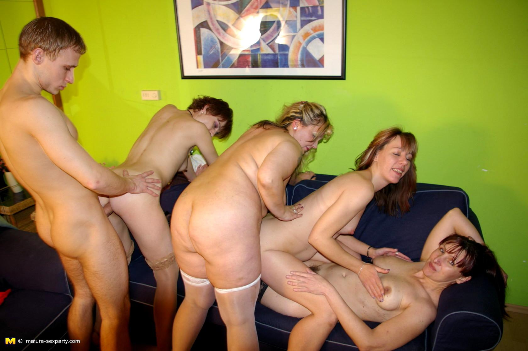 зрелые женщины с молодыми парнями порно ролики брызнула