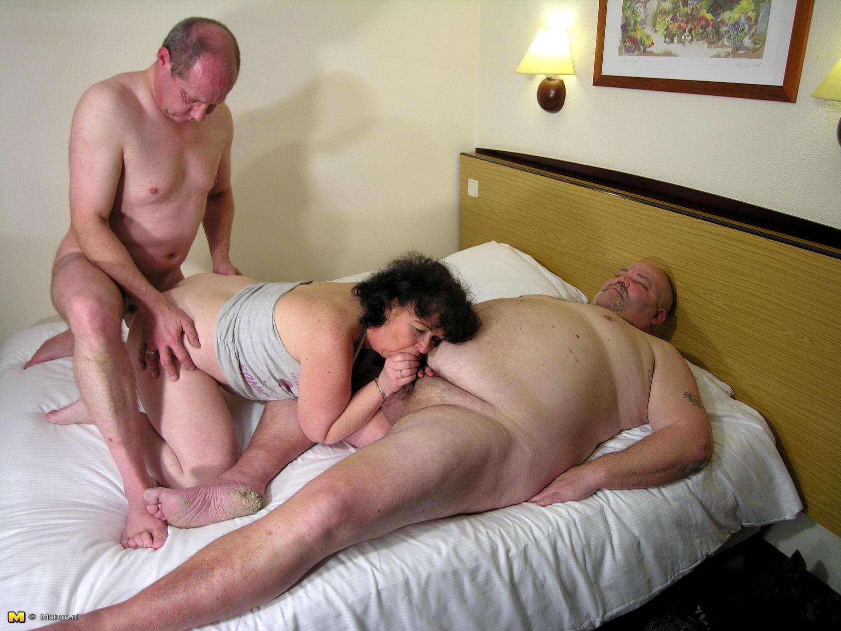 Порно картинки зрелая женщина и мужик как мужчина делает