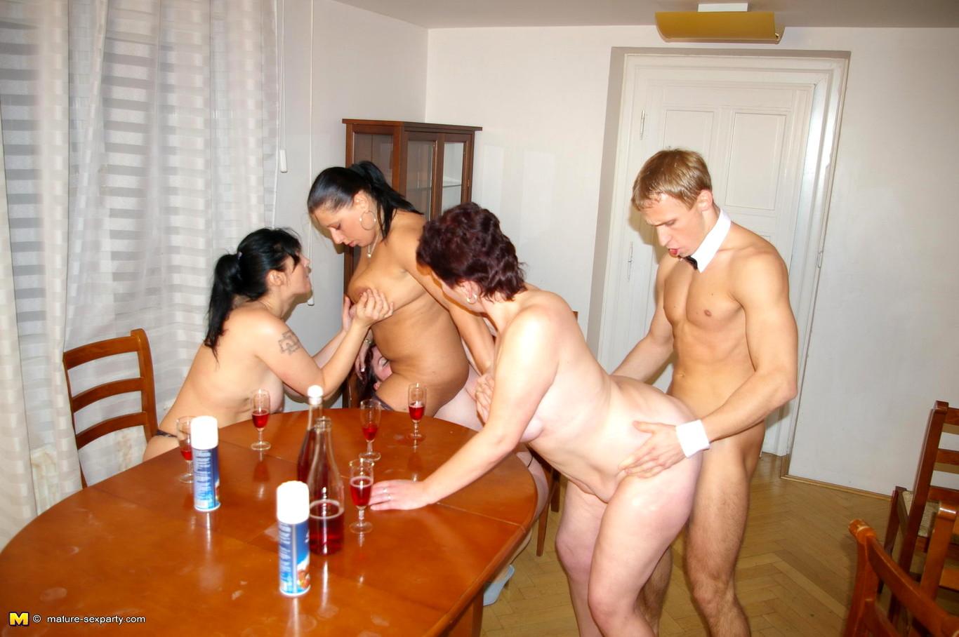 так взял фото крупно женщин с гостями секс вас