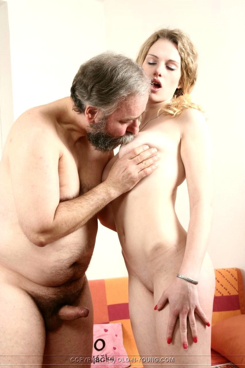 Мужчина руками ласкает киску подтяжка