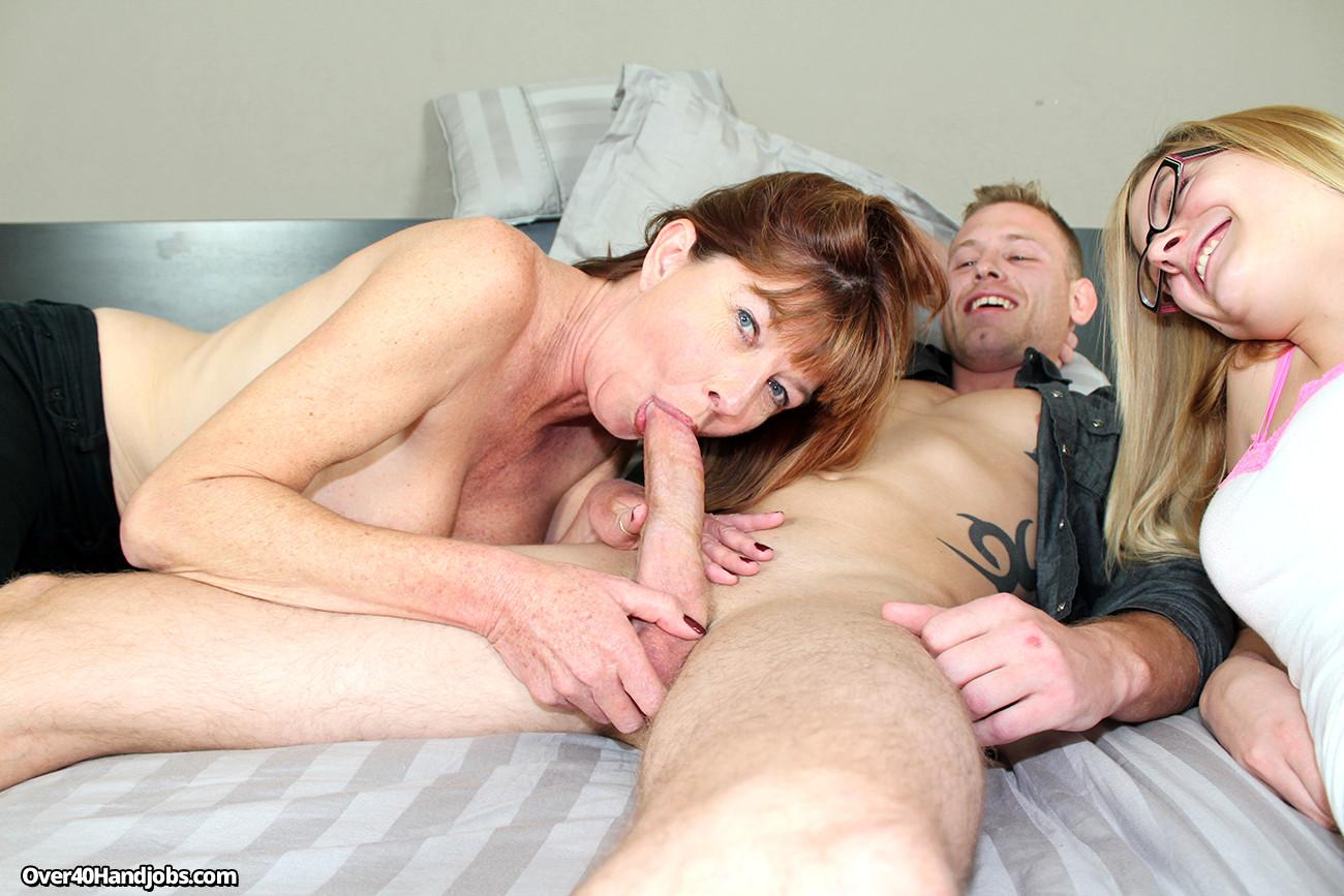Смотреть порно мама заставила дочь, Мама заставила сына и дочку лизать ей пизду порно 26 фотография