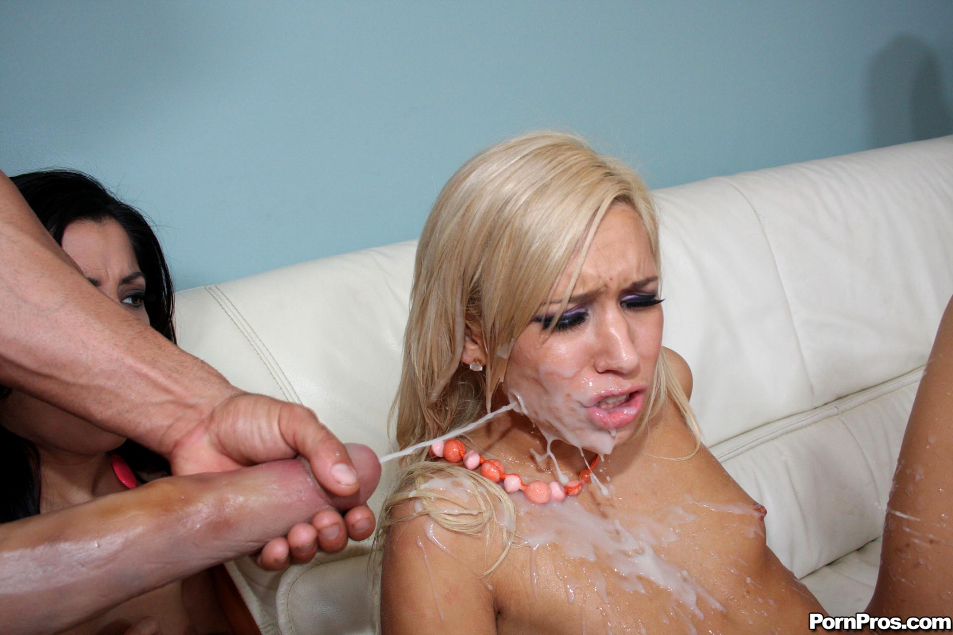 Негр поливает спермой