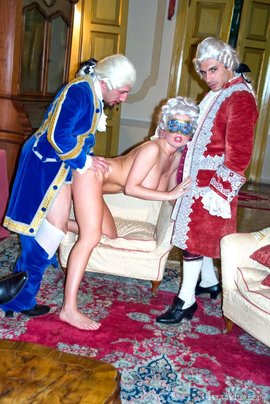 его придворные ебут королеву фото лесбиянки может ему