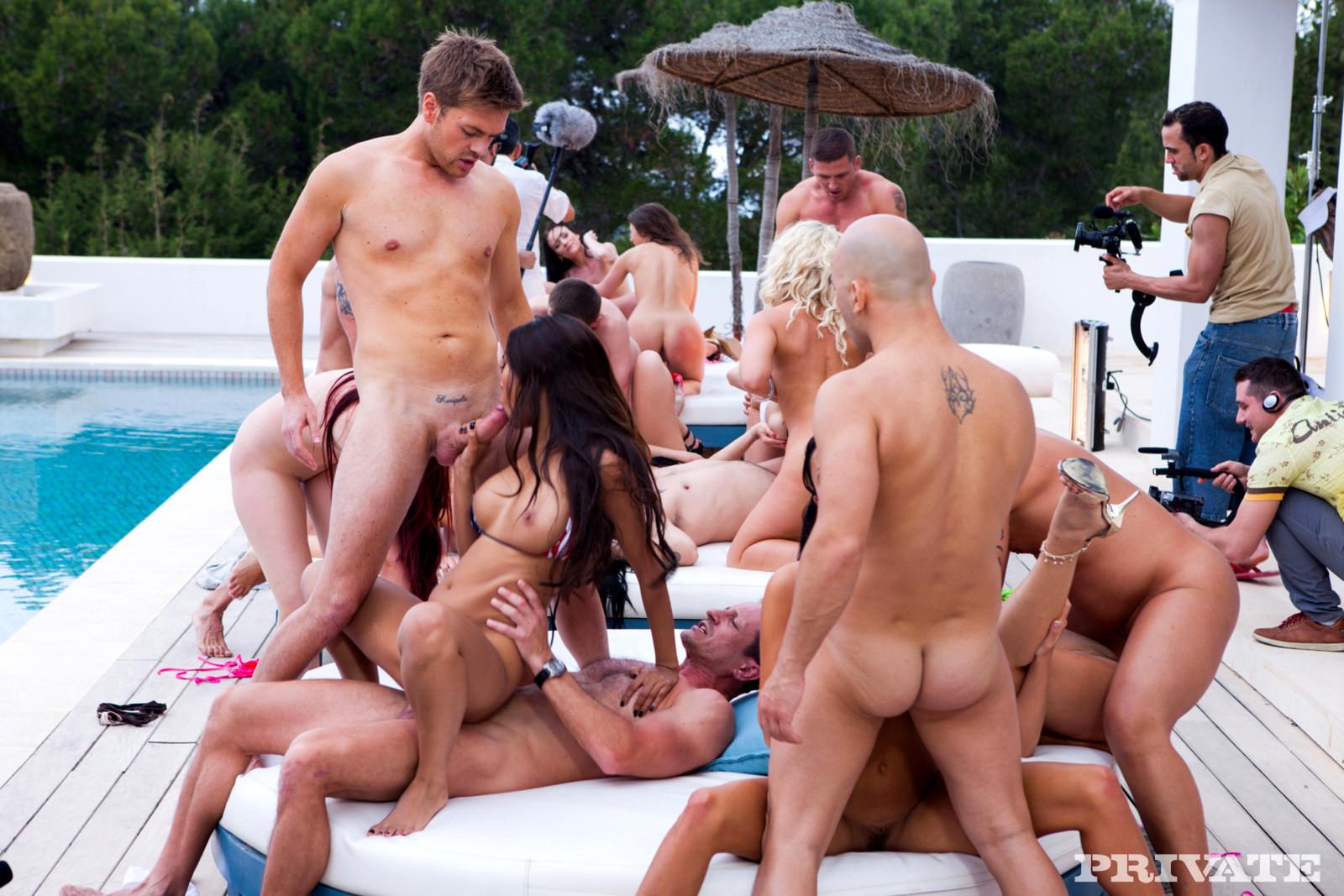Порно видео анальная оргия на вилле приват