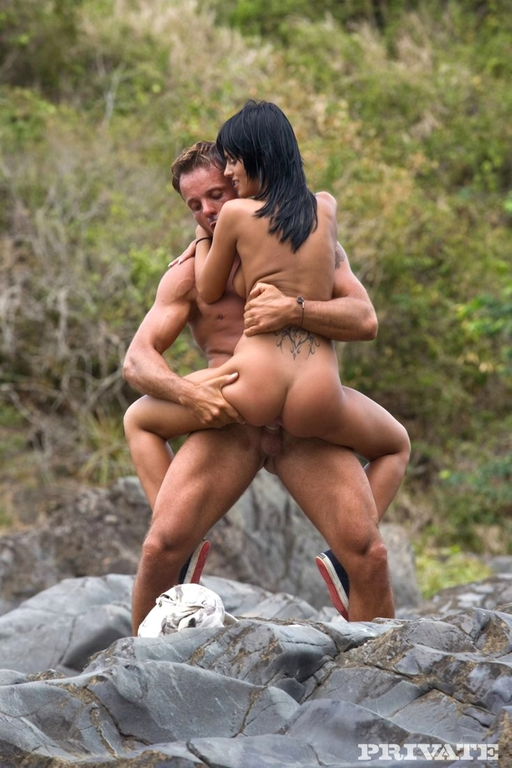 сексуальная брюнеточка любит трахаться на скалах