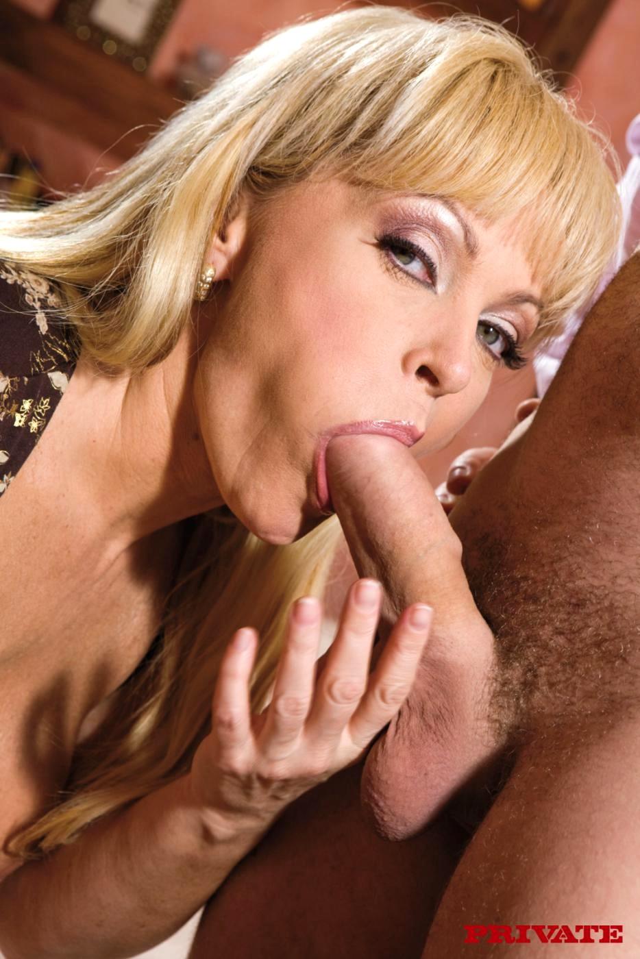 Зрелая блондинка делает шикарный минет, секс с фитнес клубе