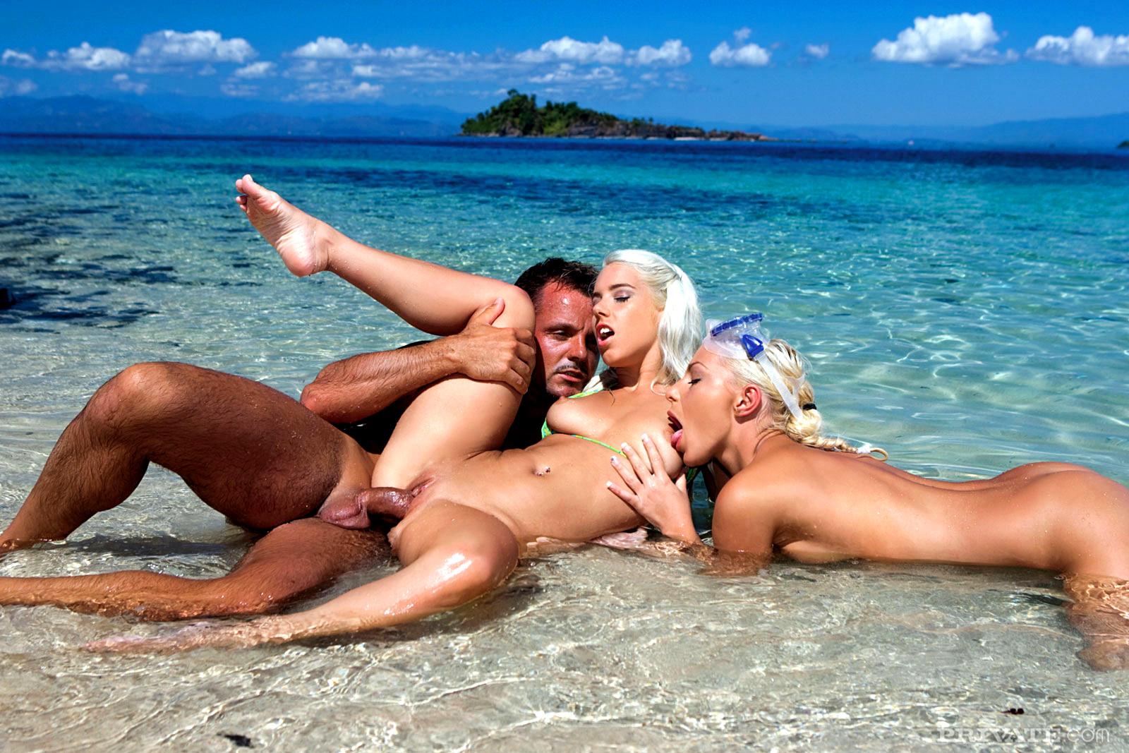 того, ебля загорелых телок на пляже первый раз