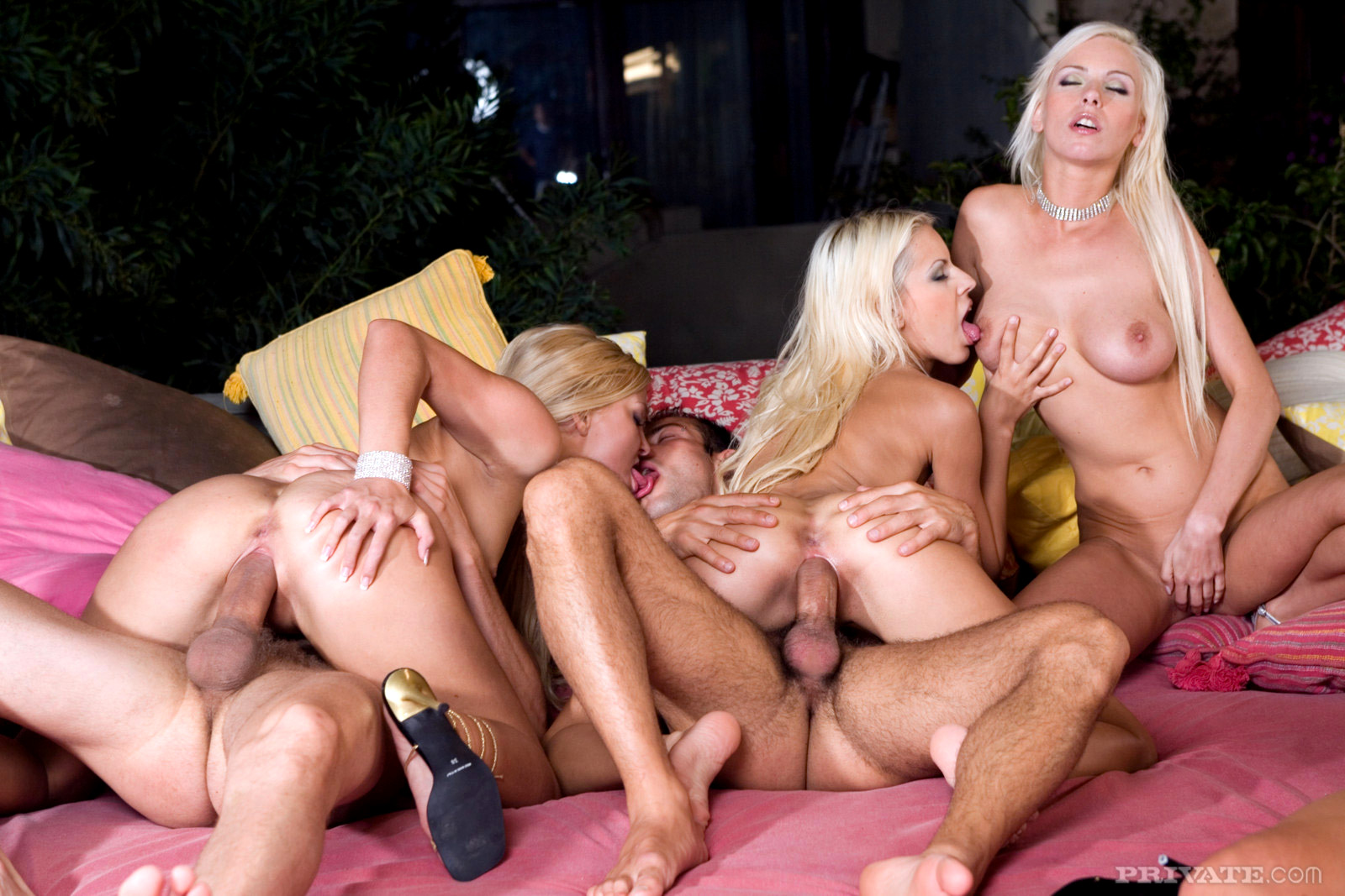 один секс блондинки групповой моешься