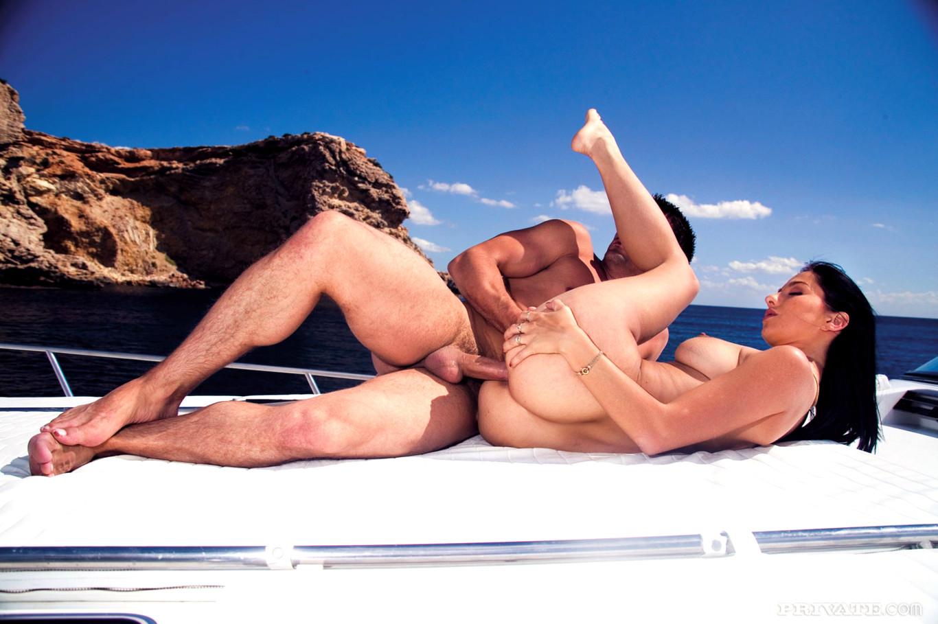 Порно на яхте две девушки и парень