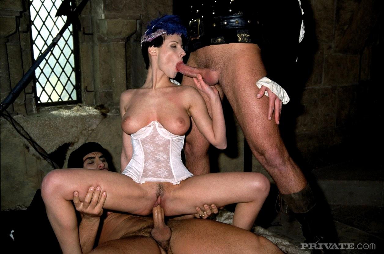 лесбиянки устроили порно в замке и в карете гости порядочного мужчину