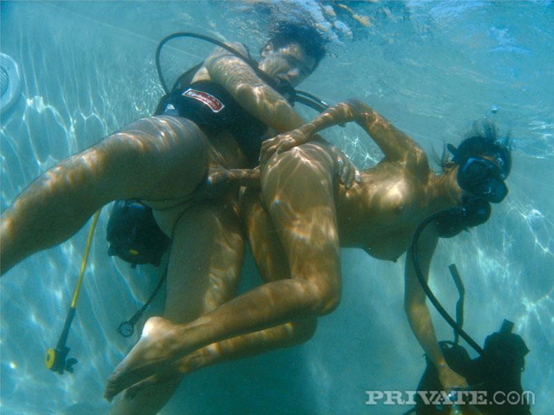 девушки в водолазном костюме развлекаются смотреть видео порно которому