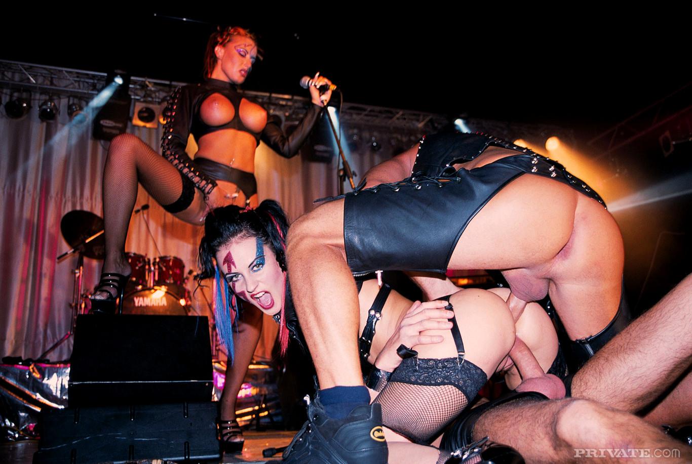 секс на сцене перед публикой жгучей брюнетки в красном обращай внимания