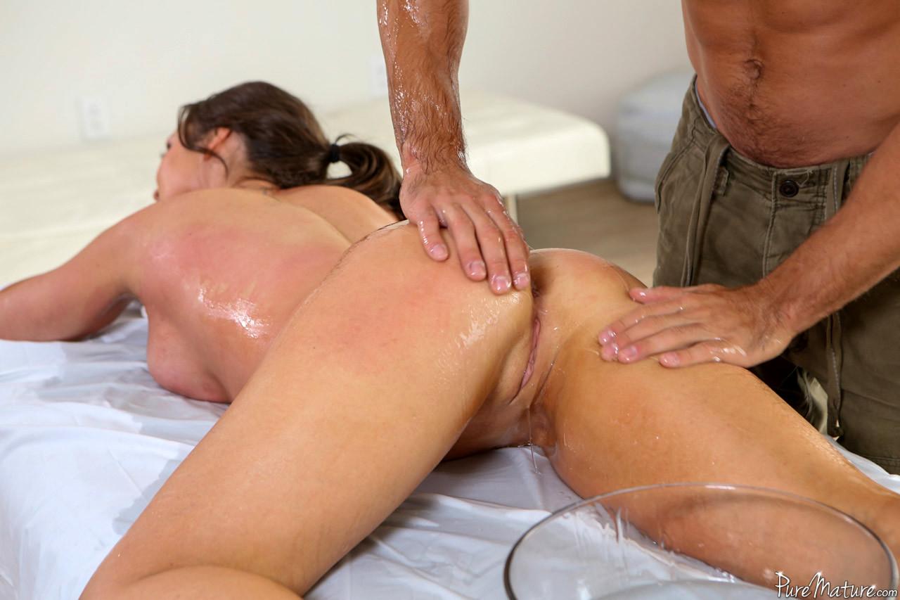 Делает массаж зрелой тете, фото порно с раздвинутыми ногами на кресле