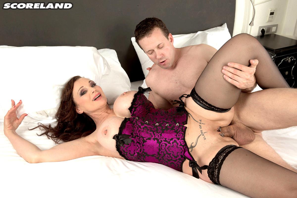 Michaela O'Brilliant - Coroa safada com piercing na buceta - Só Pornô