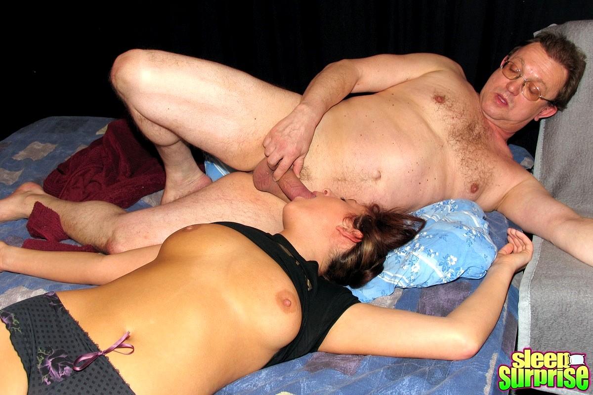 женщины пользуются тем что мужики пьяные и играют их членами