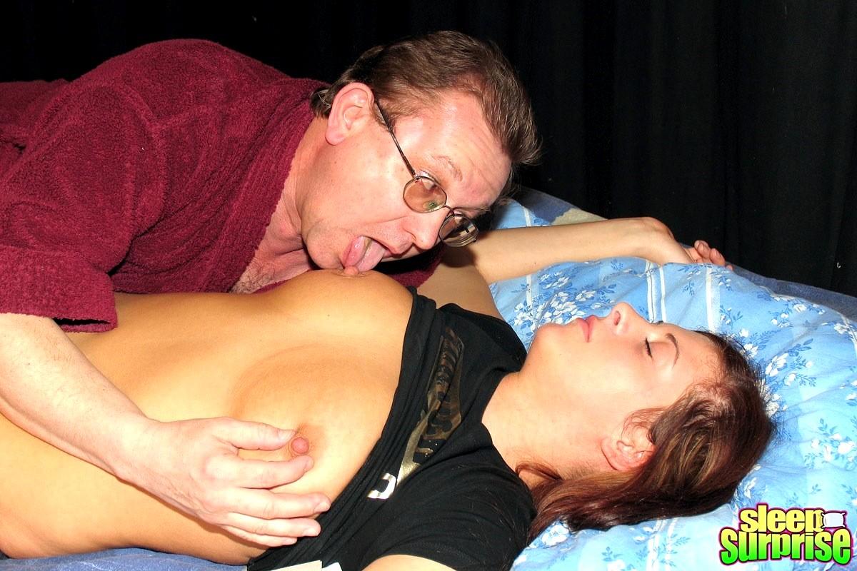 Из женщин сосать грудь у спящей — pic 1
