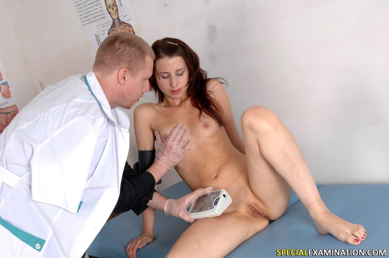 врач трогает девушку что нужно