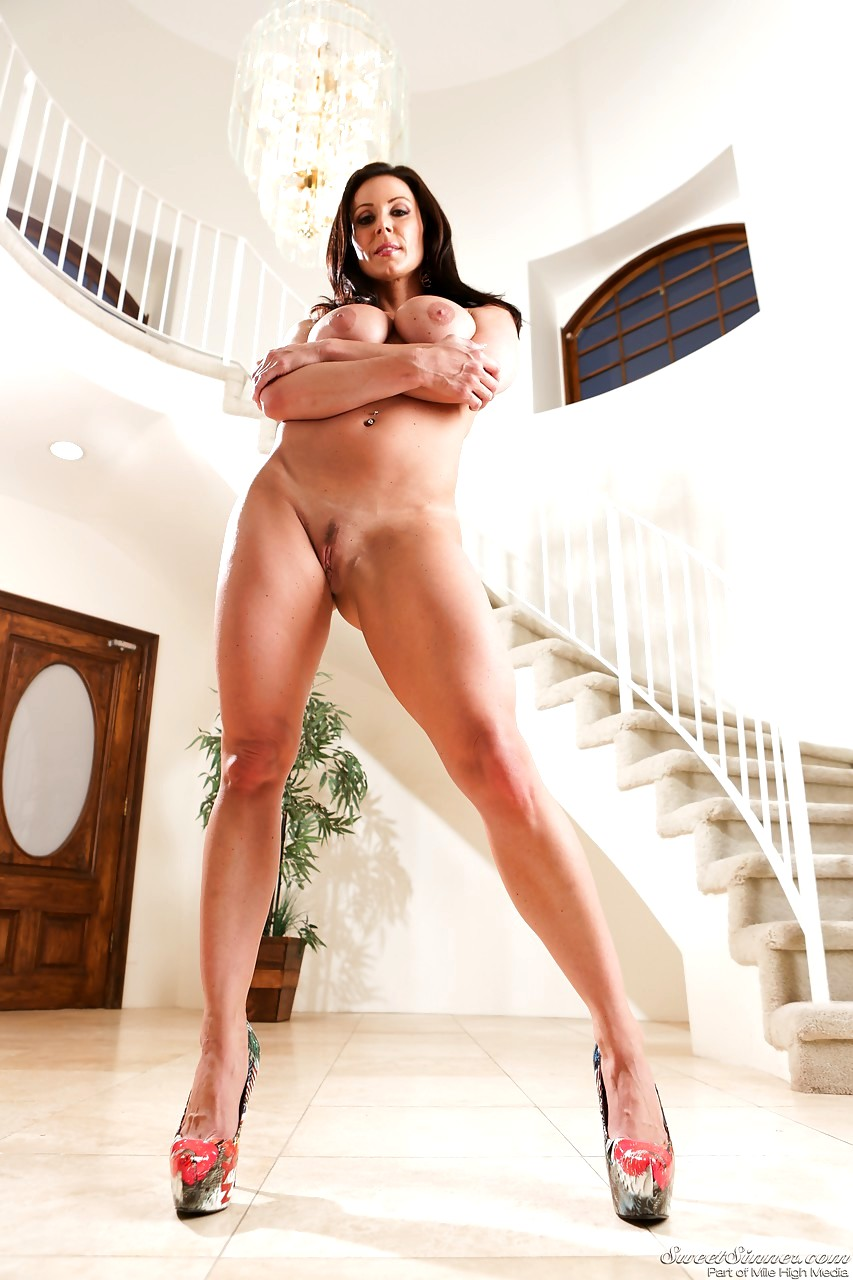 Alluring MILF Kendra Lust Give A Tease