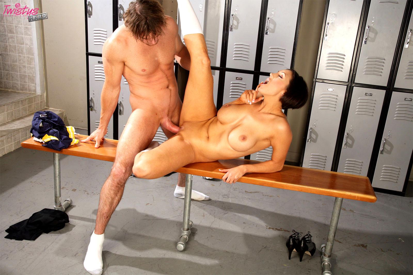 seks-s-bolelshitsey-v-razdevalke-video-beloe