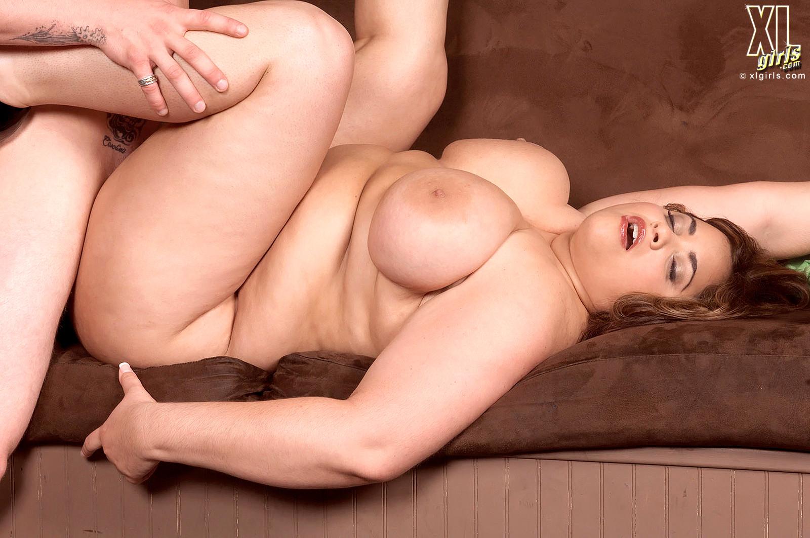 Секс фото с красотками пышками, танцуют голые в клубе