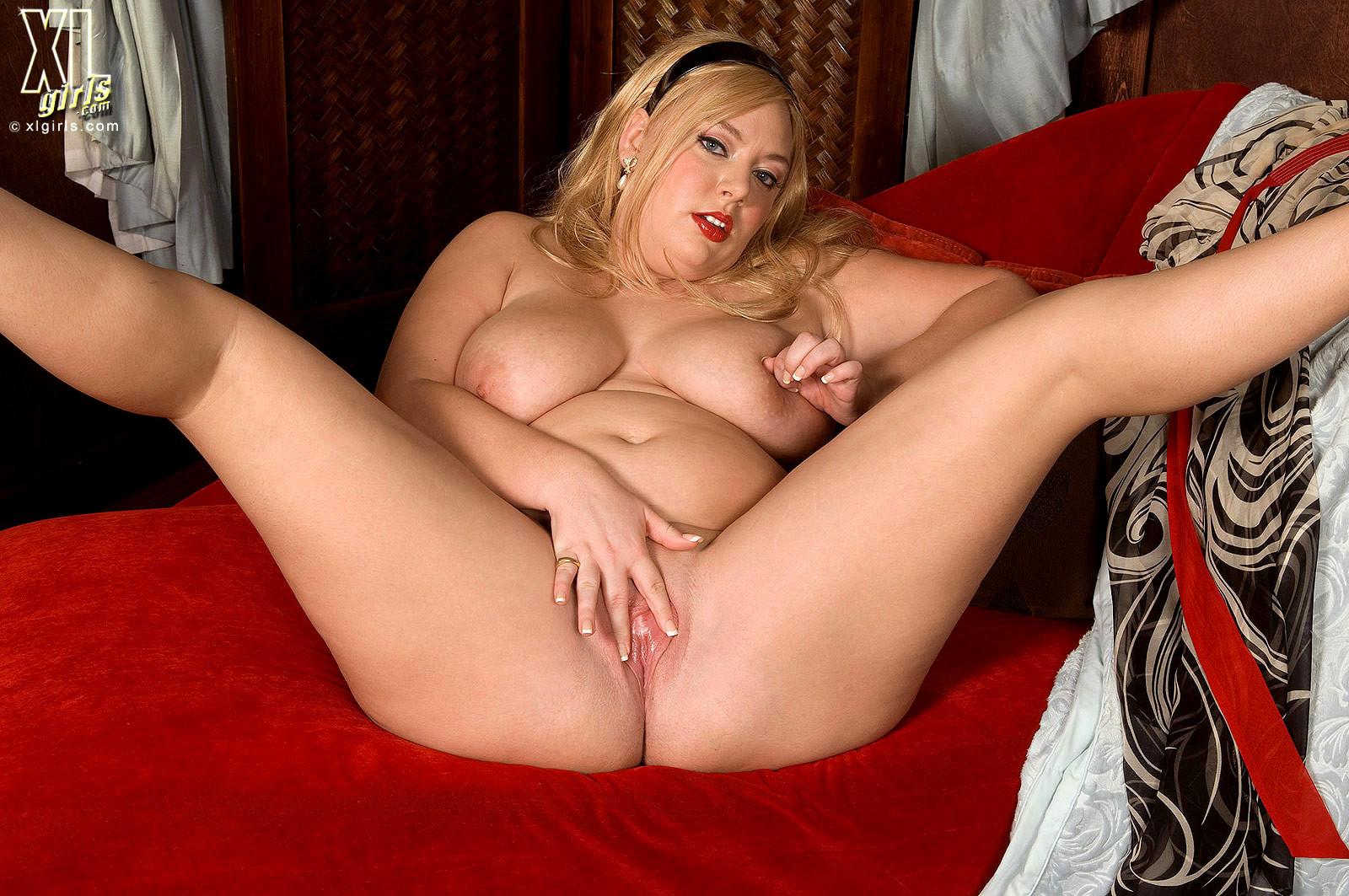 зрелая русская пышечка лежит голая раскинув широко свои ножки